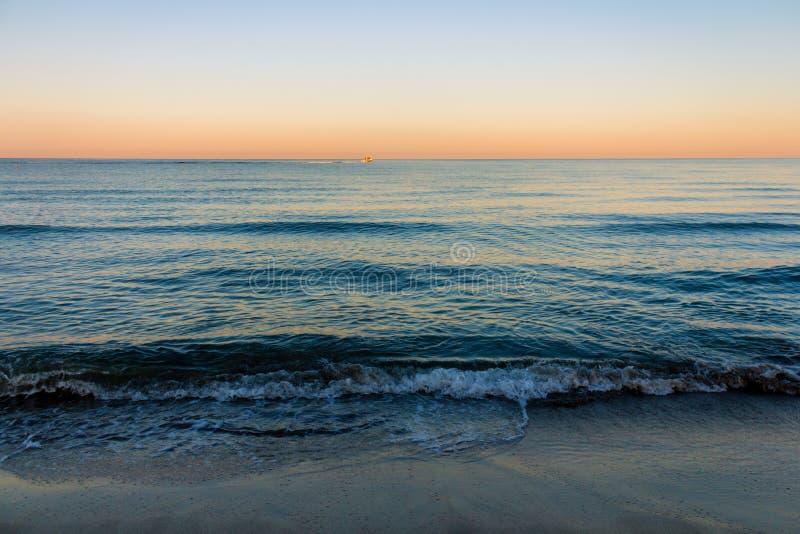 Sonnenaufgangfarben über dem Meer lizenzfreie stockbilder