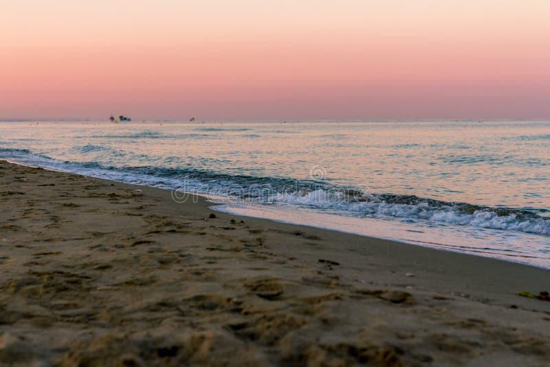 Sonnenaufgangfarben über dem Meer stockfotografie