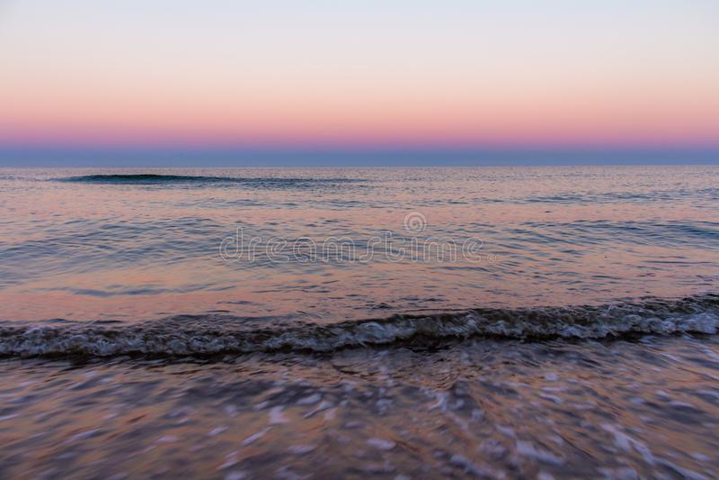 Sonnenaufgangfarben in dem Meer lizenzfreie stockbilder