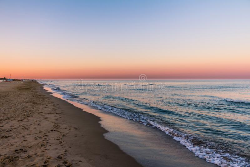 Sonnenaufgangfarben am Strand lizenzfreie stockfotos