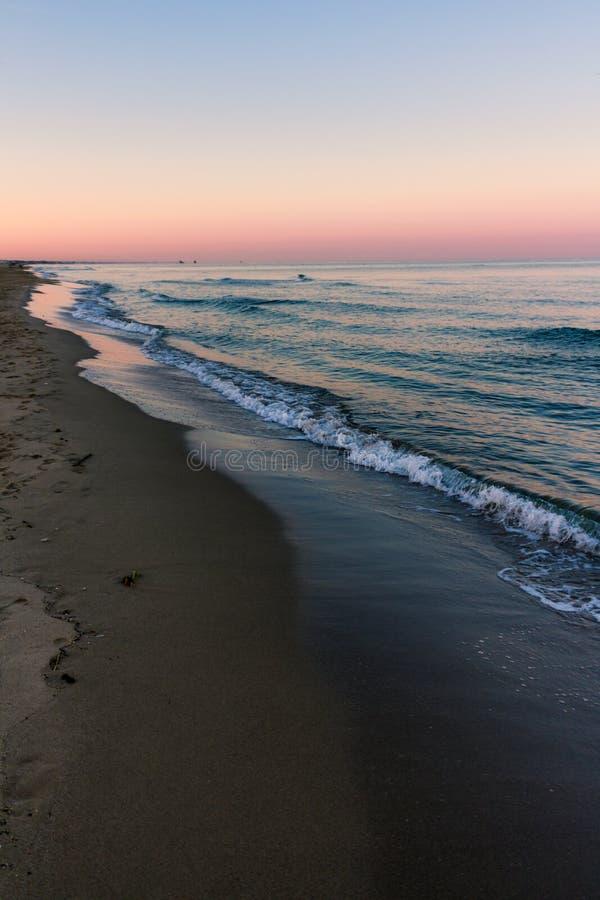 Sonnenaufgangfarben am Strand lizenzfreies stockbild