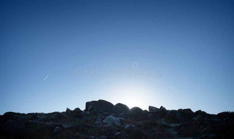 Sonnenaufgangfelsenklippen-Kondensstreifen hathersage macht fest lizenzfreies stockbild