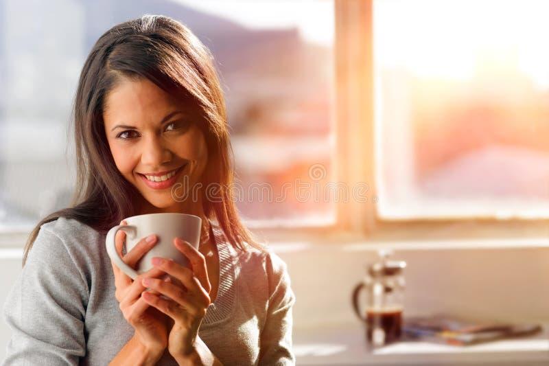 Sonnenaufgangkaffeefrau stockfotografie