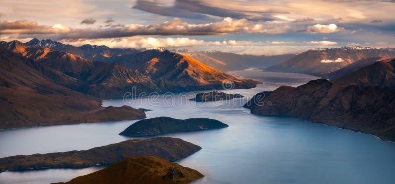 Sonnenaufganglandschaftspanoramablick von See und von Bergen von Roy-` s Spitze, Neuseeland lizenzfreie stockbilder