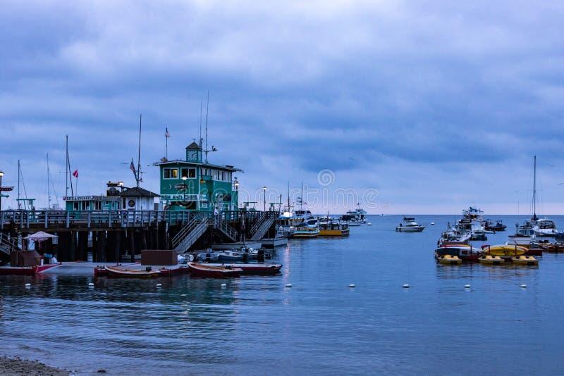 Sonnenaufgangmeerblick des frühen Morgens in Avalon Harbor, der in Richtung des grünen Piers blickt lizenzfreie stockfotografie