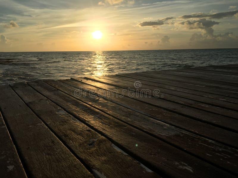 SonnenaufgangMeerwasser-Dockholz lizenzfreie stockbilder