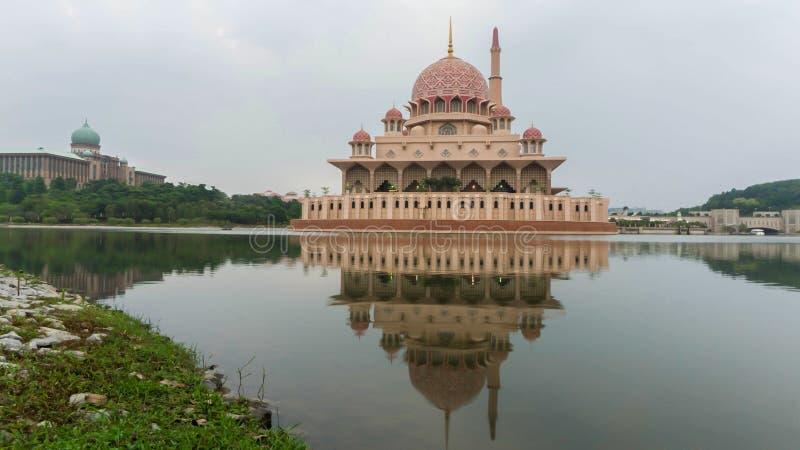 Sonnenaufgangmoment an Putra-Moschee lizenzfreies stockfoto