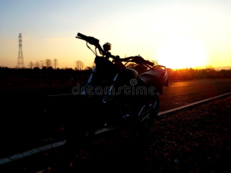 Sonnenaufgangmotorrad touringbike Morgen smartphonephotografi lizenzfreie stockfotos