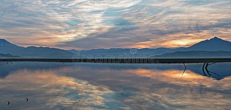 Sonnenaufgangreflexionen auf Dürre getroffenem See Isabella in den südlichen Sierra Nevada -Bergen von Kalifornien lizenzfreie stockfotos