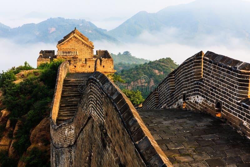 Sonnenaufgangsonnenschein unter der Jinshanling Chinesischen Mauer lizenzfreie stockfotografie