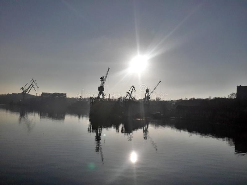 Sonnenaufgangwerft, die geht, Ukraine-nikolaev zu bearbeiten lizenzfreie stockbilder