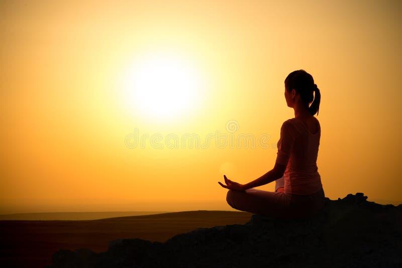 Sonnenaufgangyogamädchen im Freien stockbild