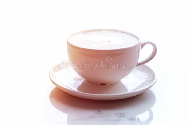 Sonnenbeschiene Schale Cappuccinokaffee auf Marmortabelle lizenzfreie stockfotos