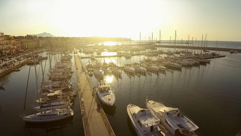 Sonnenbeschiene Segelboote und Yachten koppelten am Jachthafen, touristische Mittelmeerstadt an stockfotos