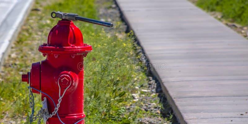Sonnenbeschiener Hydrant mit Schlüssel und Kette lizenzfreie stockfotografie