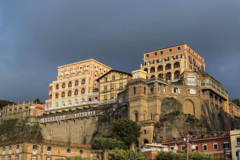Sonnenbeschienes großartiges Hotel Clifftop, Sorrent, Italien lizenzfreie stockfotografie