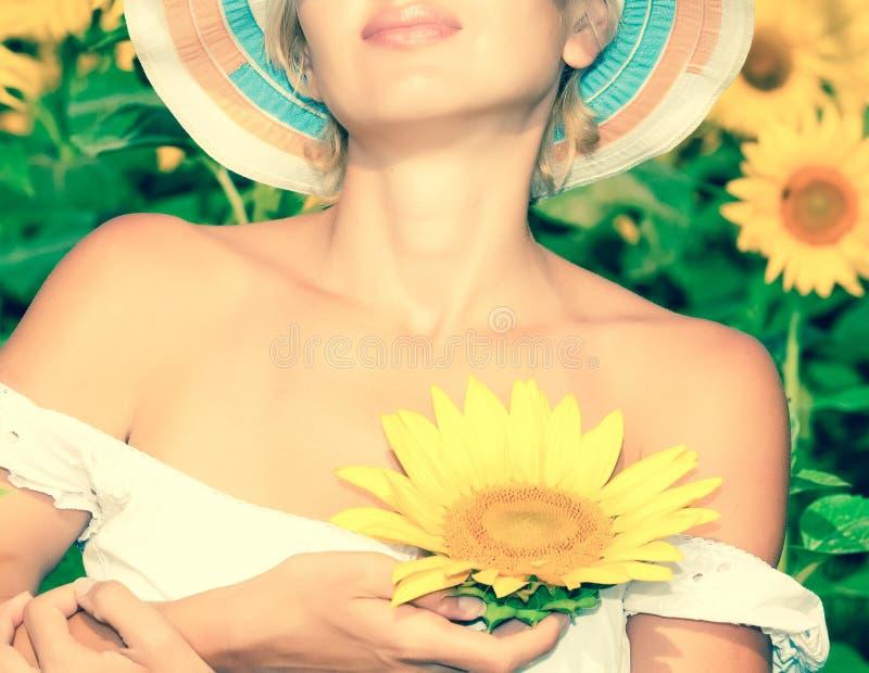 Sonnenblume mit Schönheitsfrau lizenzfreie stockbilder