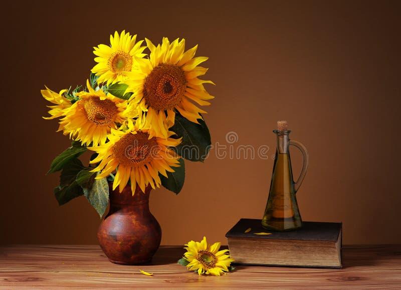 Sonnenblumen in einem Vase lizenzfreie stockfotografie