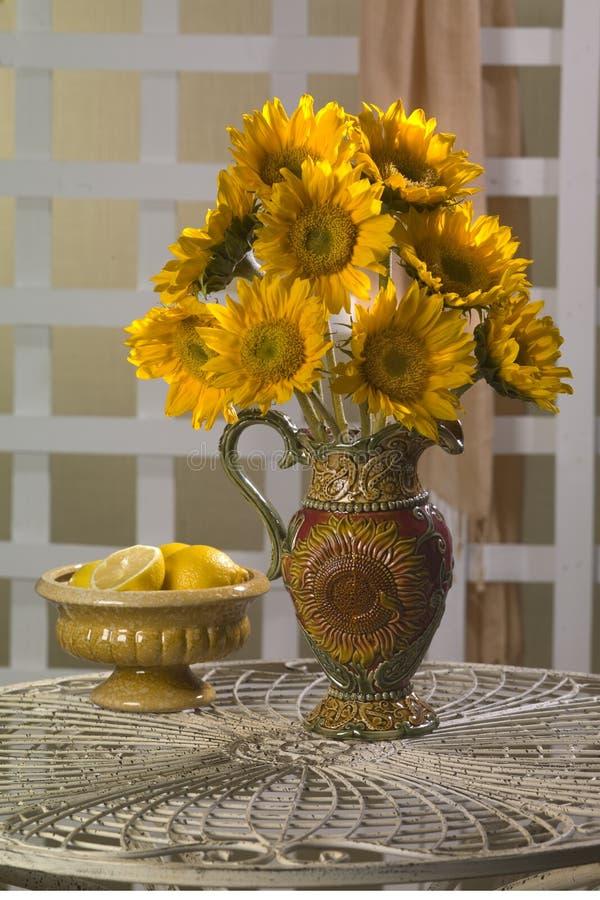 Sonnenblumen in einem Vase lizenzfreies stockbild
