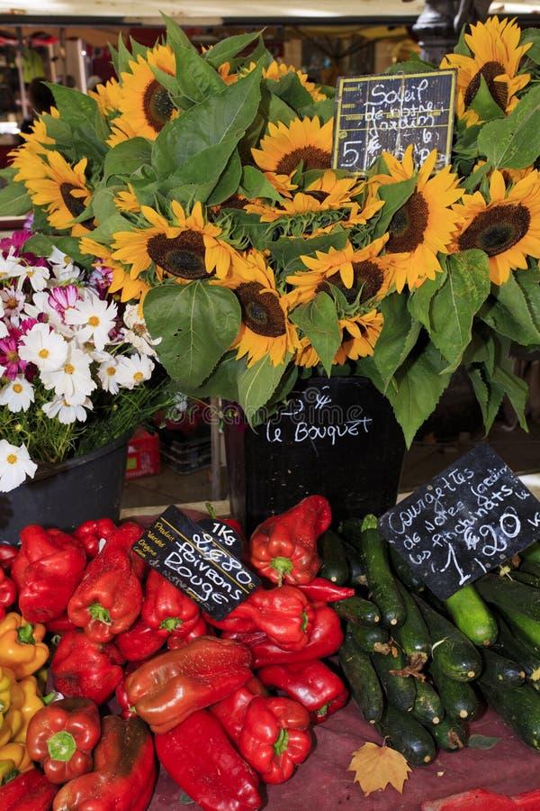 Sonnenblumen und Gemüse für Verkauf an einem Markt in Provence stockbild