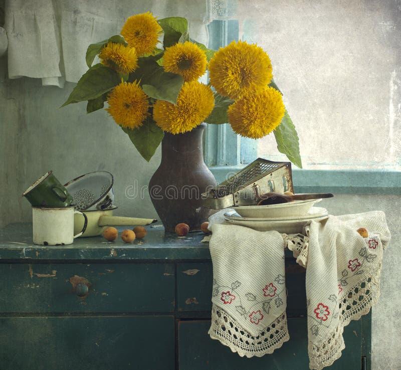 Sonnenblumen und Küchegerät lizenzfreie stockbilder