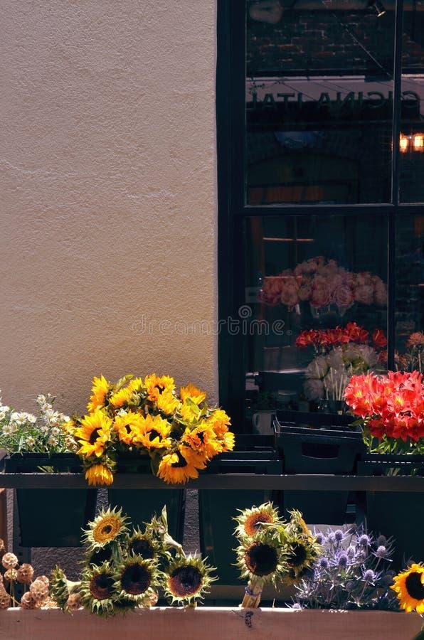 Sonnenblumen vor einem Floristen lizenzfreies stockfoto