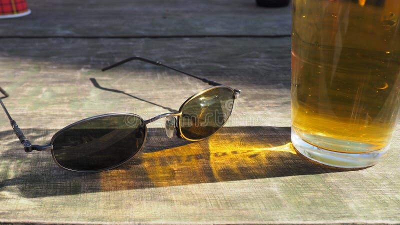 Sonnenbrille auf dem Tisch stockfotografie