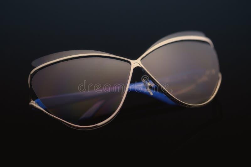 Sonnenbrille auf einem schwarzen Hintergrund lizenzfreie stockbilder