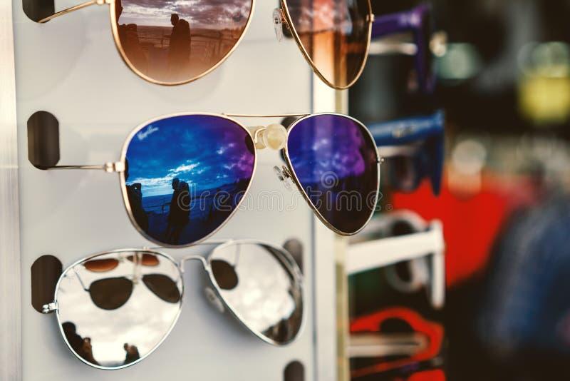 Sonnenbrille auf einem Stand stockbilder