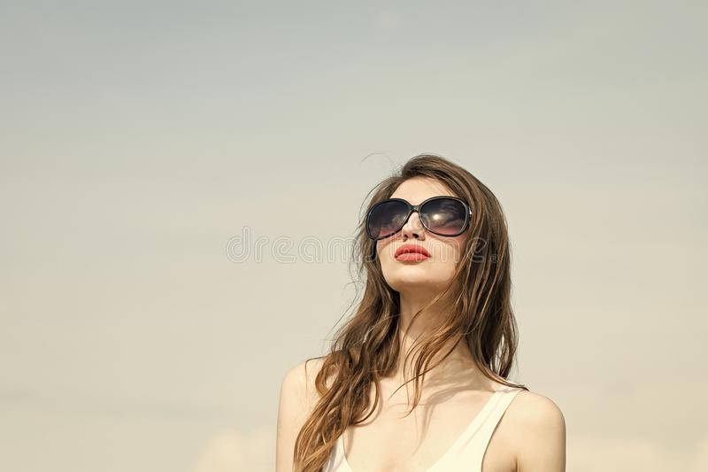 sonnenbrille Heiße junge Brunette-Frau, die ihre Haar-Digital-Zusammensetzung wellenartig bewegt Mädchen im weißen Badeanzug und  stockbild