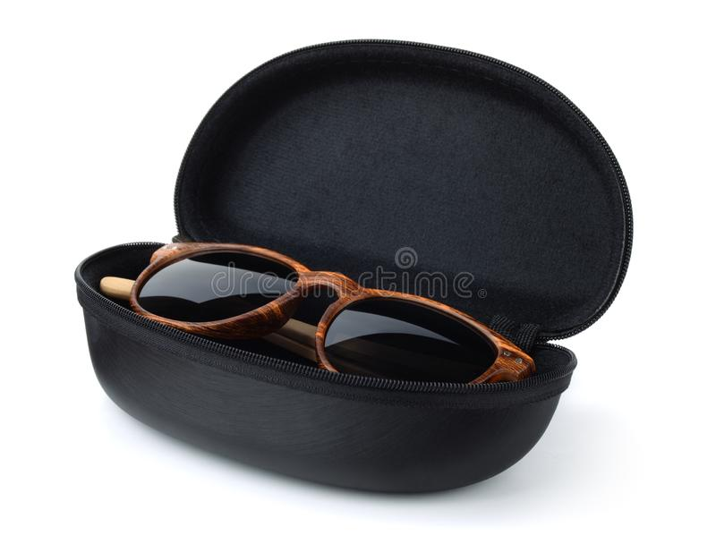 Sonnenbrille im harten schwarzen schützenden Kasten lizenzfreie stockbilder