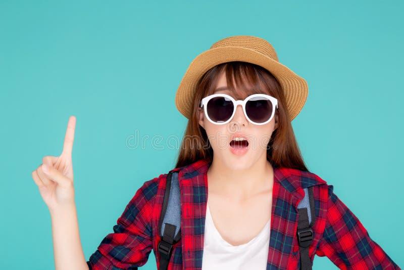 Sonnenbrille- und Hutreisesommermode der schönen jungen asiatischen Frauenüberraschung des Porträts lokalisierte tragende mit Tou stockbilder