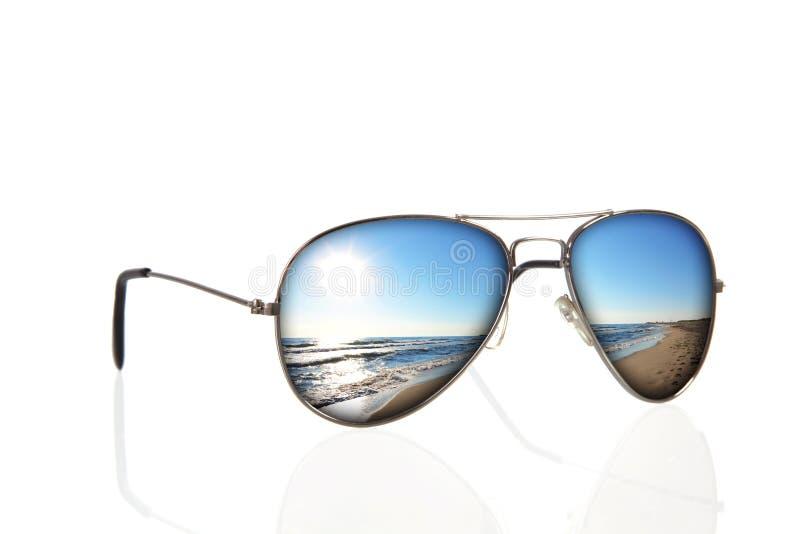 Sonnenbrillen mit Strandreflexion über Weiß stockfotos