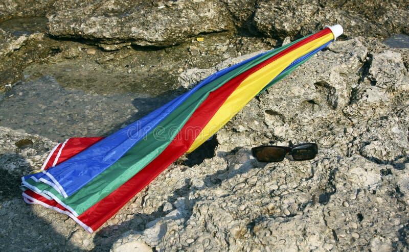Download Sonnenbrillen Und Regenschirm Stockfoto - Bild von steine, sommer: 26353816