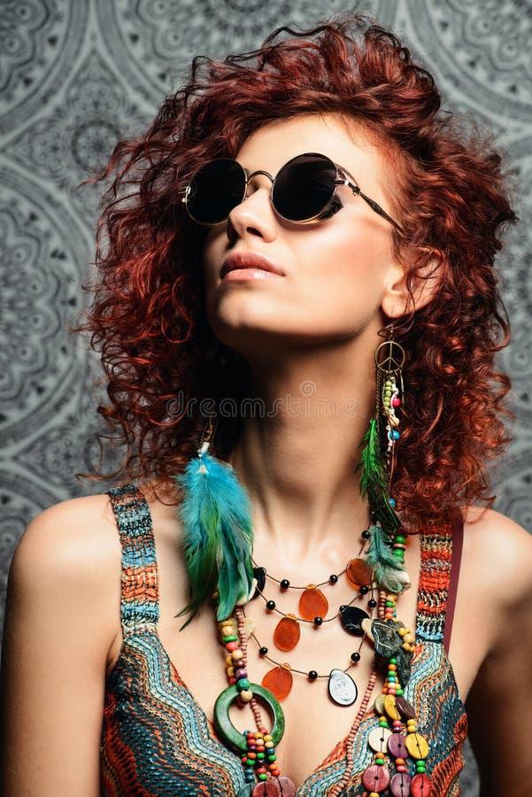 Sonnenbrilleohrringe und -perlen lizenzfreies stockbild