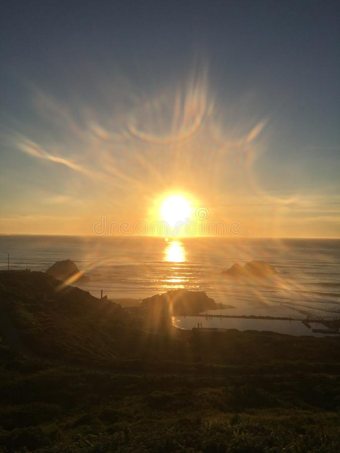 Sonnendurchbruch am Ozean-Strand stockbilder