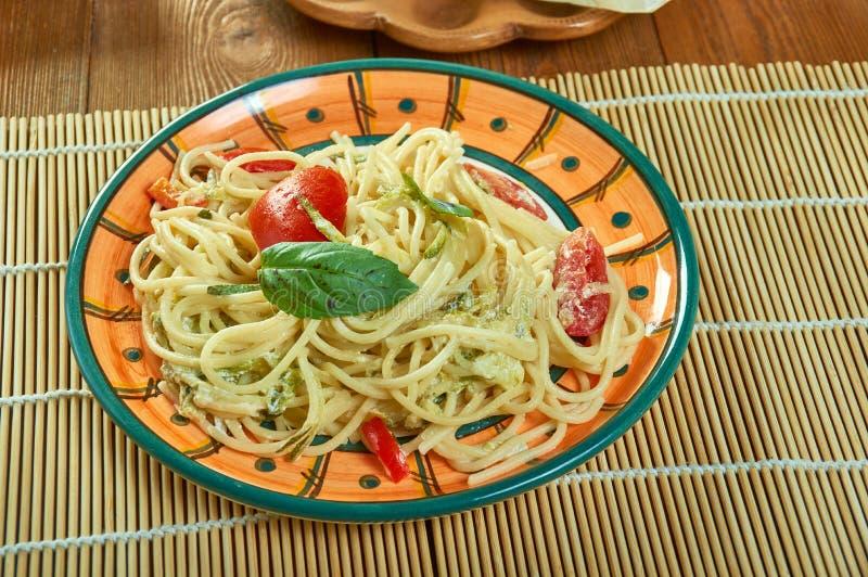 Sonnengetrocknete Tomate Alfredo With Zucchini Spaghetti stockbilder