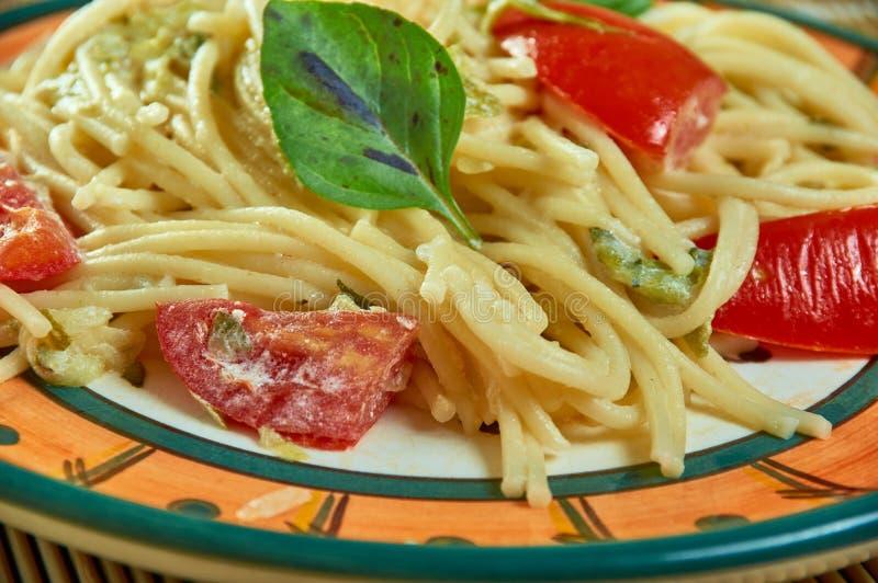 Sonnengetrocknete Tomate Alfredo With Zucchini Spaghetti stockfotos