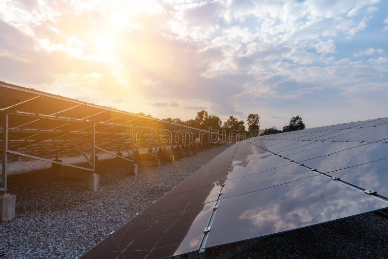 Sonnenkollektor, alternative Stromquelle - Konzept von stützbaren Betriebsmitteln und dieses ist die Sonnenkollektormonoart stockfoto