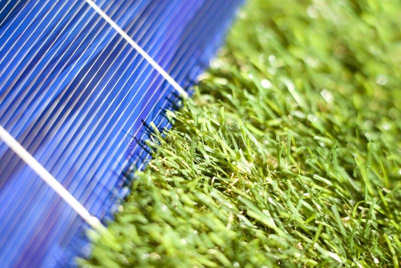 Sonnenkollektor im Grün lizenzfreies stockfoto