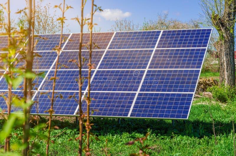 Sonnenkollektor produziert gr?ne, umweltfreundliche Energie aus der Sonne lizenzfreie stockfotos