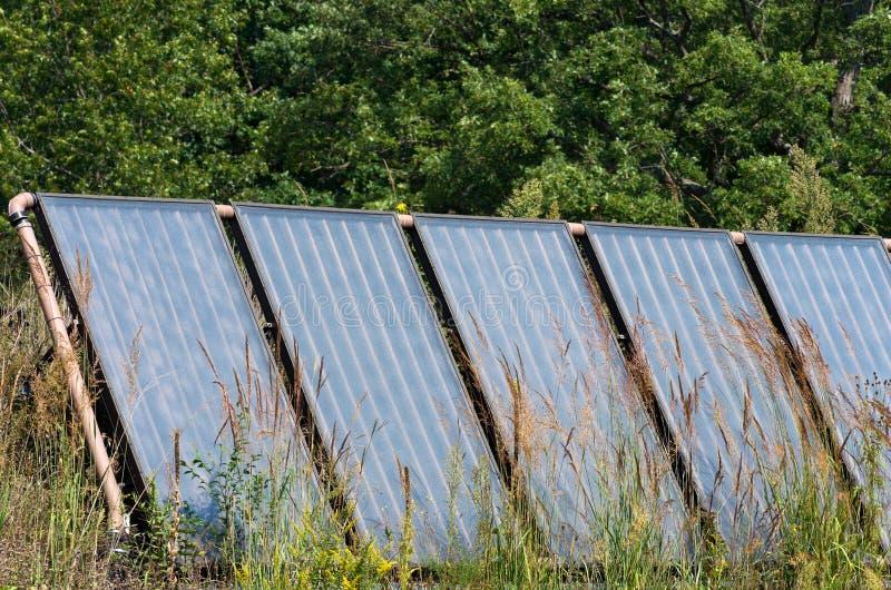Sonnenkollektor-Reihe auf Grasland lizenzfreies stockfoto