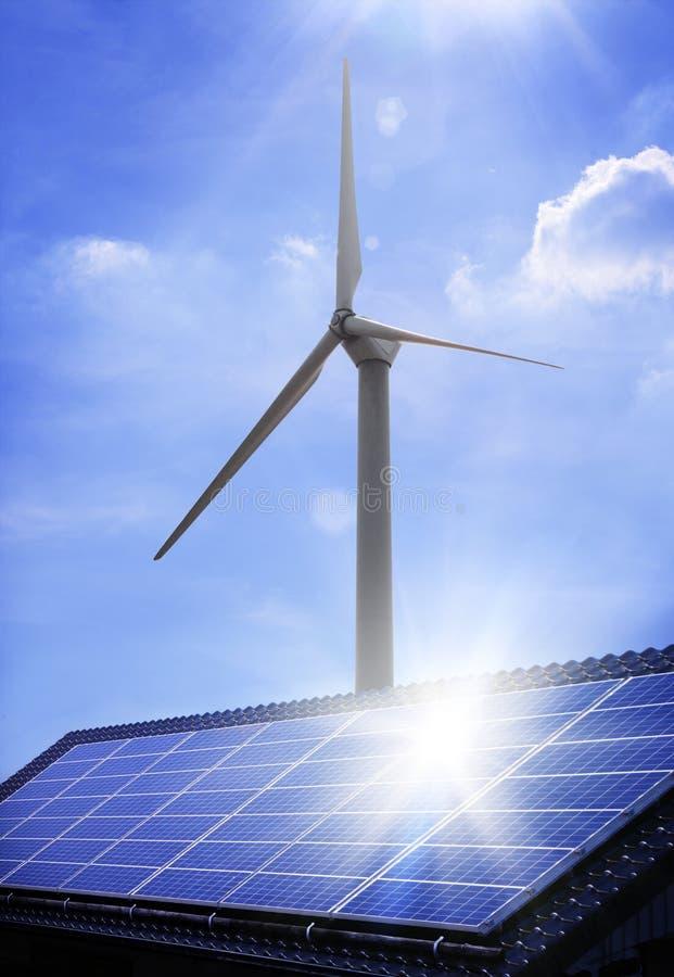Sonnenkollektor und Windmühle lizenzfreie stockfotos