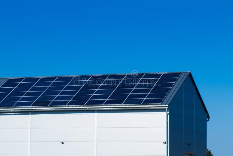 Sonnenkollektoren auf Dach stockfoto
