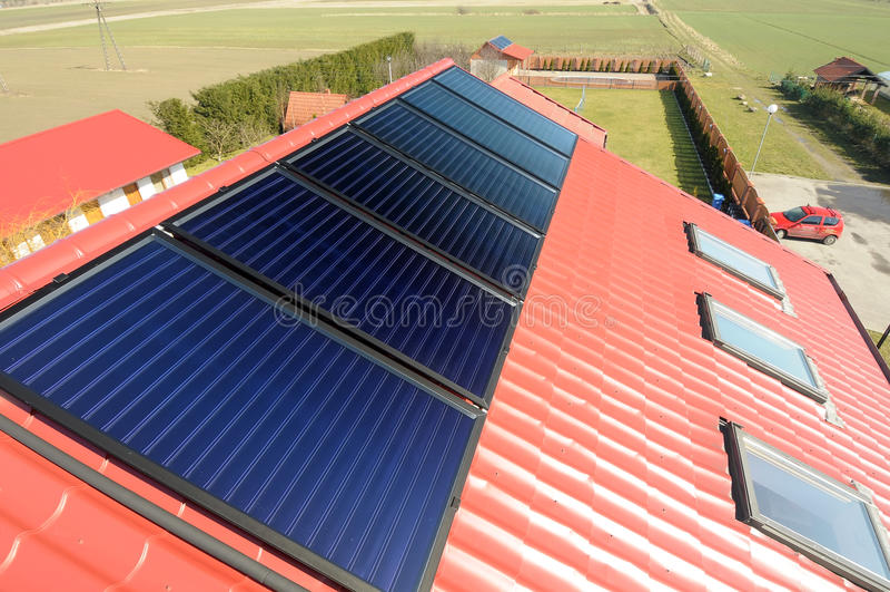 Sonnenkollektoren auf dem Dach. stockfotografie