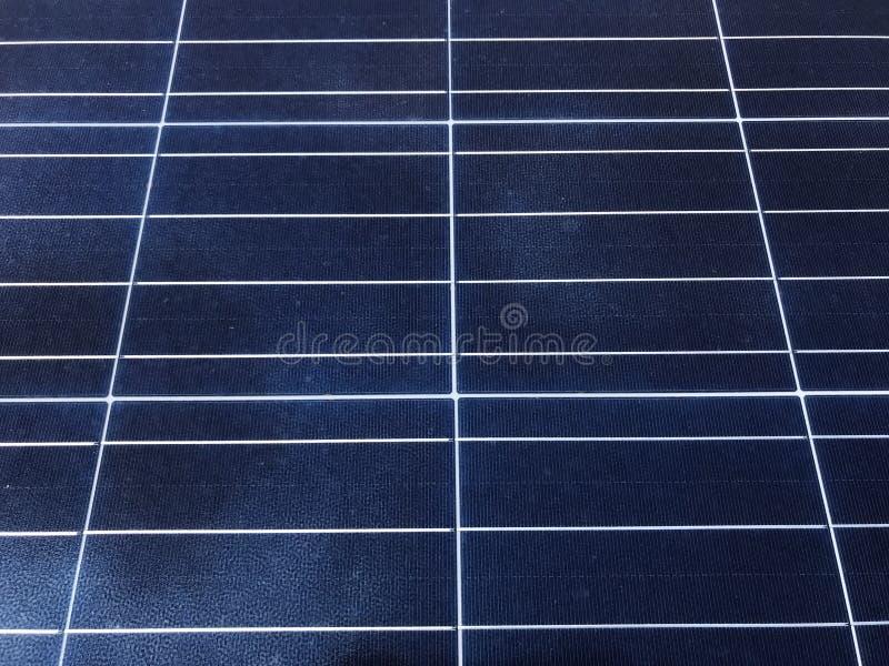 Sonnenkollektoren auf dem Dach stockbilder