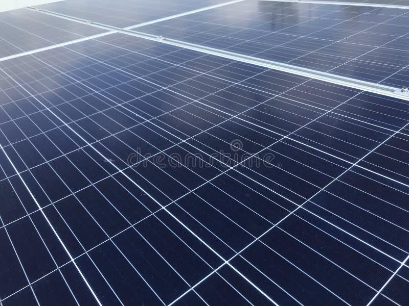 Sonnenkollektoren auf dem Dach stockfotografie