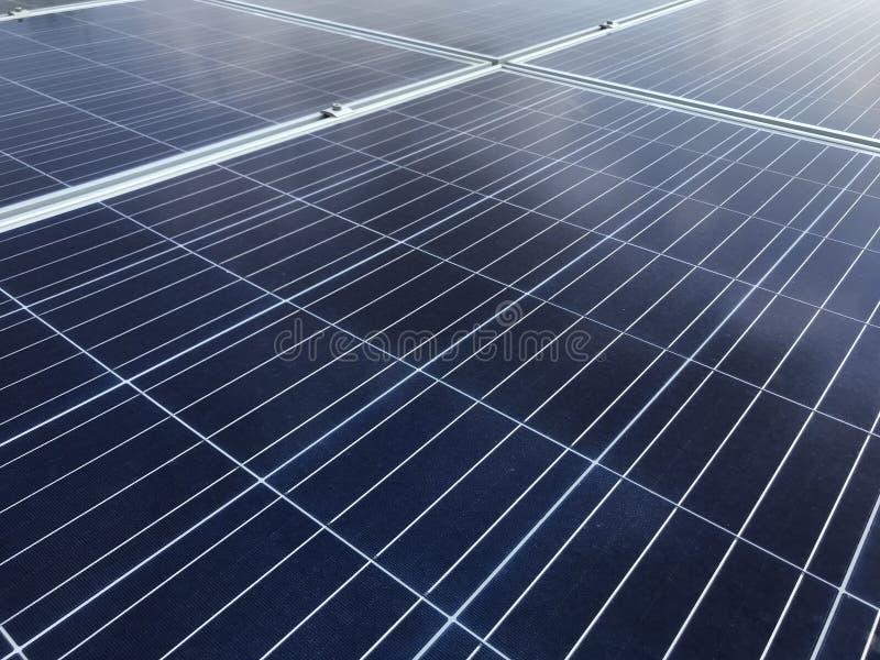 Sonnenkollektoren auf dem Dach stockbild
