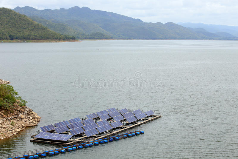 Sonnenkollektoren auf dem Wasser am srinakarin lizenzfreies stockfoto