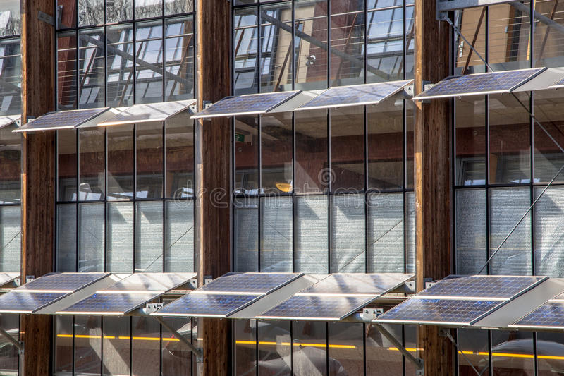 Sonnenkollektoren auf der Fassade eines Bürogebäudes als Lösung f stockfoto